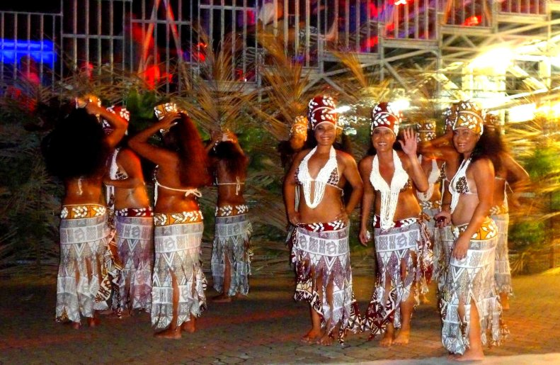 tahitian-dancers-entry-tan